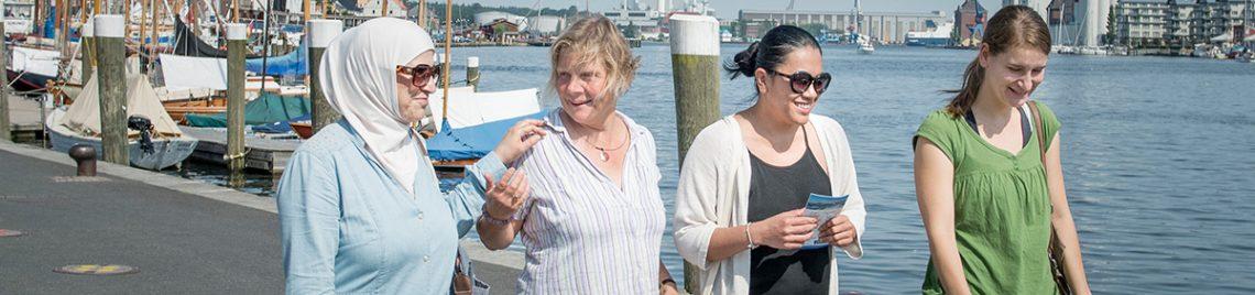 Frauen auf der Promenade am Wasser, Flensburger Förde